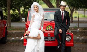 紅色汽車前的男女婚紗攝影高清原片