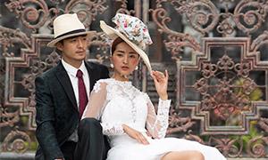 臺階上戴著帽子的戀人婚紗高清圖片