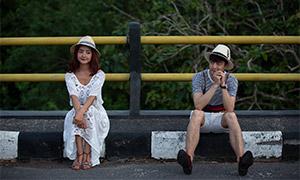 坐在公路邊的情侶男女人物寫真原片