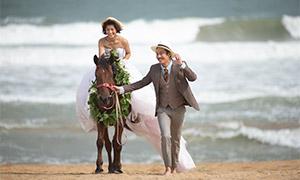 沙滩上骑着马的美女人物婚纱照原片