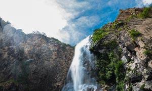 蓝天下的山间瀑布美景摄影图片