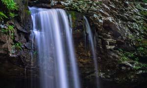 山间美丽的小溪瀑布摄影图片