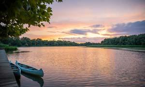 夕阳下的湖边美景摄影图片