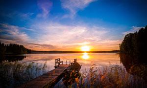 夕阳下的湖边码头美丽景色摄影图片