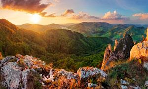 夕阳下壮观的山顶风光摄影图片