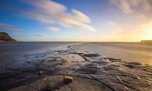 夕阳下的海岸线美景摄影图片