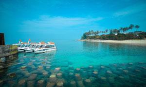 海边停泊的游轮摄影图片