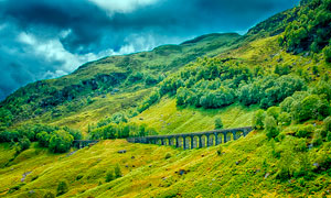 大山深处的火车轨道摄影图片