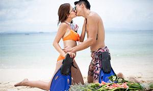 海边沙滩上的情侣写真高清摄影原片