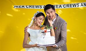 一起手捧着蛋糕的恋人摄影高清图片