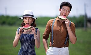 一起吃西瓜的情侣写真摄影高清原片