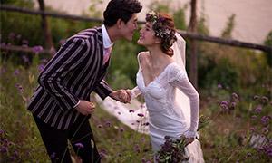 紫色鲜花丛中恋人婚纱摄影原片素材