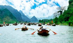 越南下龙湾正在划船的游客摄影图片