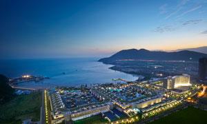 海滨城市美丽的夜景摄影图片