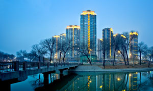 城市美丽的夜景和河流摄影图片