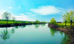 蓝天下的田园河流摄影图片