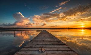 夕陽下的湖邊饅頭攝影圖片