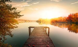 夕阳下的湖泊栈桥美景摄影图片