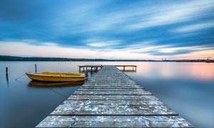 夕陽下的湖邊棧橋攝影圖片