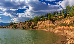 蓝天下的太岳山湖泊美景摄影图片