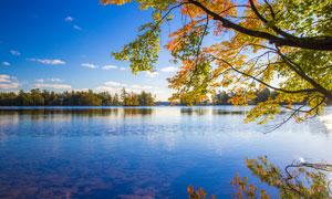 藍天下唯美的湖景攝影圖片