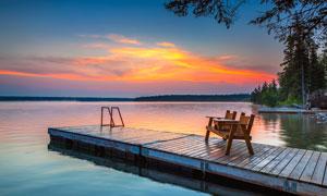 湖边栈桥黄昏美景摄影图片