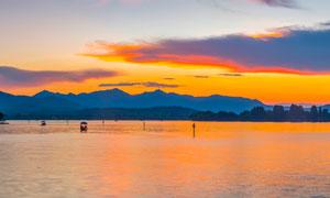 黃昏下的湖泊全景攝影圖片