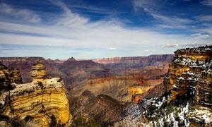 壮观的岩层雪景摄影图片
