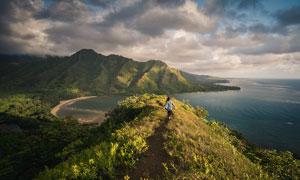 乌云密布下的海边山峰景观摄影图片