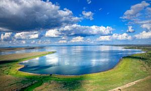 藍天下達里諾爾湖美景攝影圖片