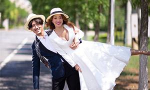 路边戴着帽子的美女帅哥婚纱照原片