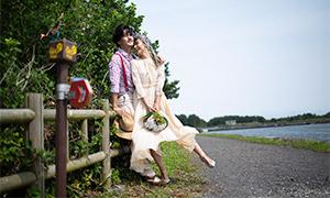 在湖边树木护栏旁边的恋人情侣原片
