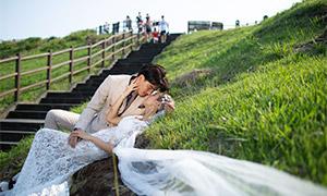 山坡上躺着的恋人外景婚纱高清原片