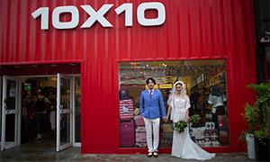 商店橱窗处的恋人婚纱摄影高清原片