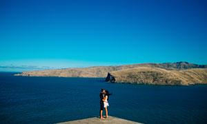 在湖边亲吻的情侣高清摄影图片