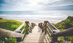 海边通往沙滩的木桥摄影图片