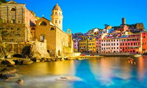 蓝天下海边唯美的欧洲小镇摄影图片