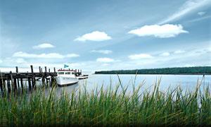 湖边在码头上停泊的游轮摄影图片