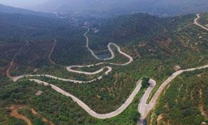 泰山山间盘旋的山路摄影图片