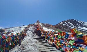 蓝天下的西藏雪山美景摄影图片