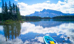 美丽的湖泊倒影和小船摄影图片