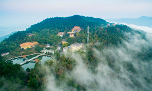 云雾缭绕的山顶寺庙景观摄影图片
