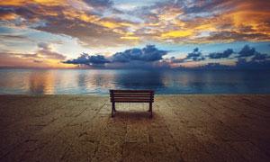 湖边的座椅黄昏美景摄影图片