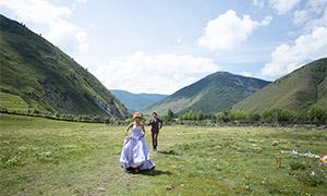 山间草原上奔跑的人物婚纱摄影原片
