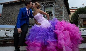 石屋前的绚丽婚纱美女摄影原片素材