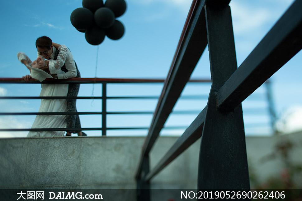 桥上栏杆边的恋人婚纱摄影高清原片