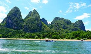 青山绿水和小船高清摄影图片
