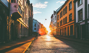 小镇铺砖街道逆光效果摄影高清图片