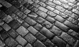 雨后黝黑的铺石路特写摄影高清图片