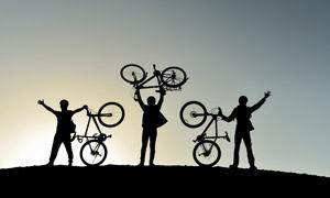 黄昏时分骑行人物剪影效果 澳门线上必赢赌场